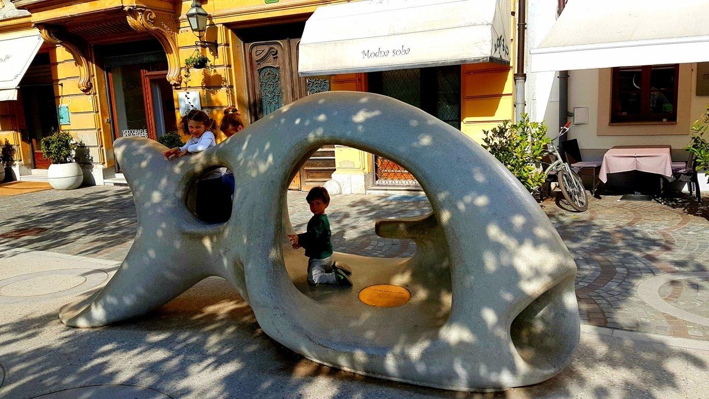 bambini giocano nel centro storico di Lubiana