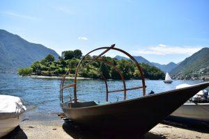 barca tipica del Lago di Como con l'Isola Comacina alle sue spalle