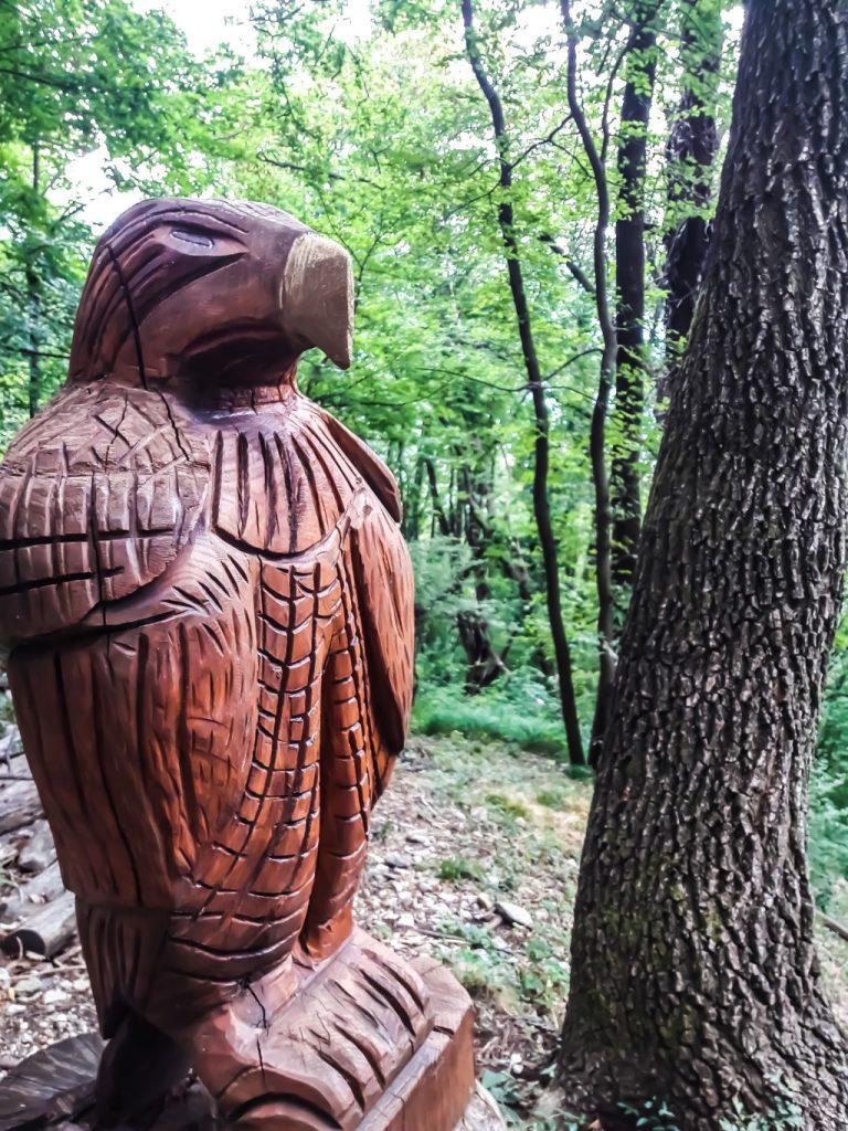falco intagliato nel legno