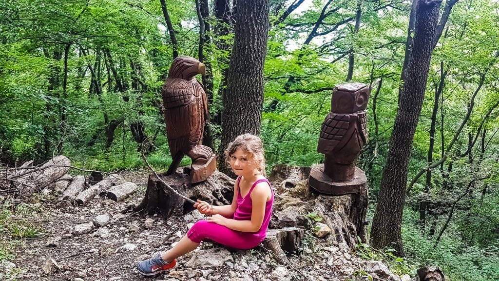 sculture in legno lungo il percorso di San Pietro al Monte