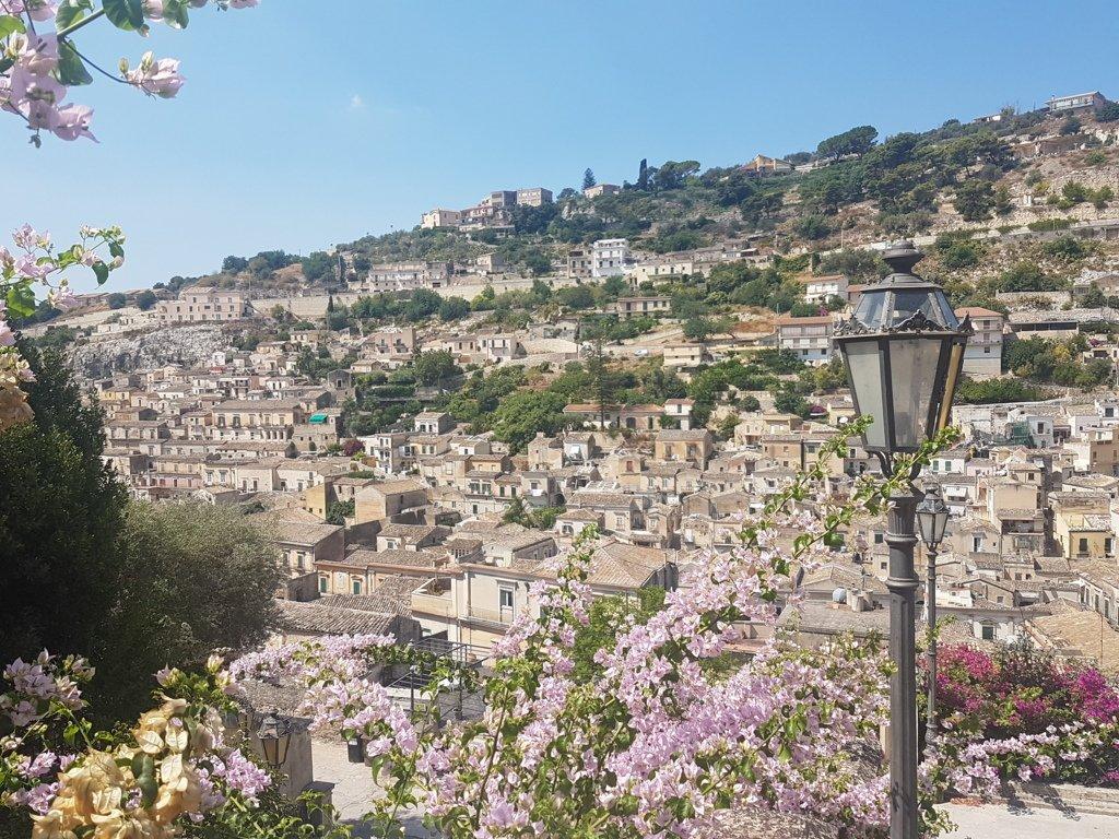 il Panorama sulla città di Modica in Sicilia sud orientale