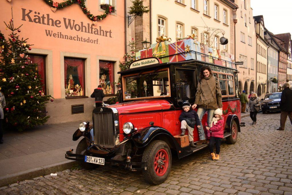 L'automobile all'ingresso del negozio del natale Käthe Wohlfahrt