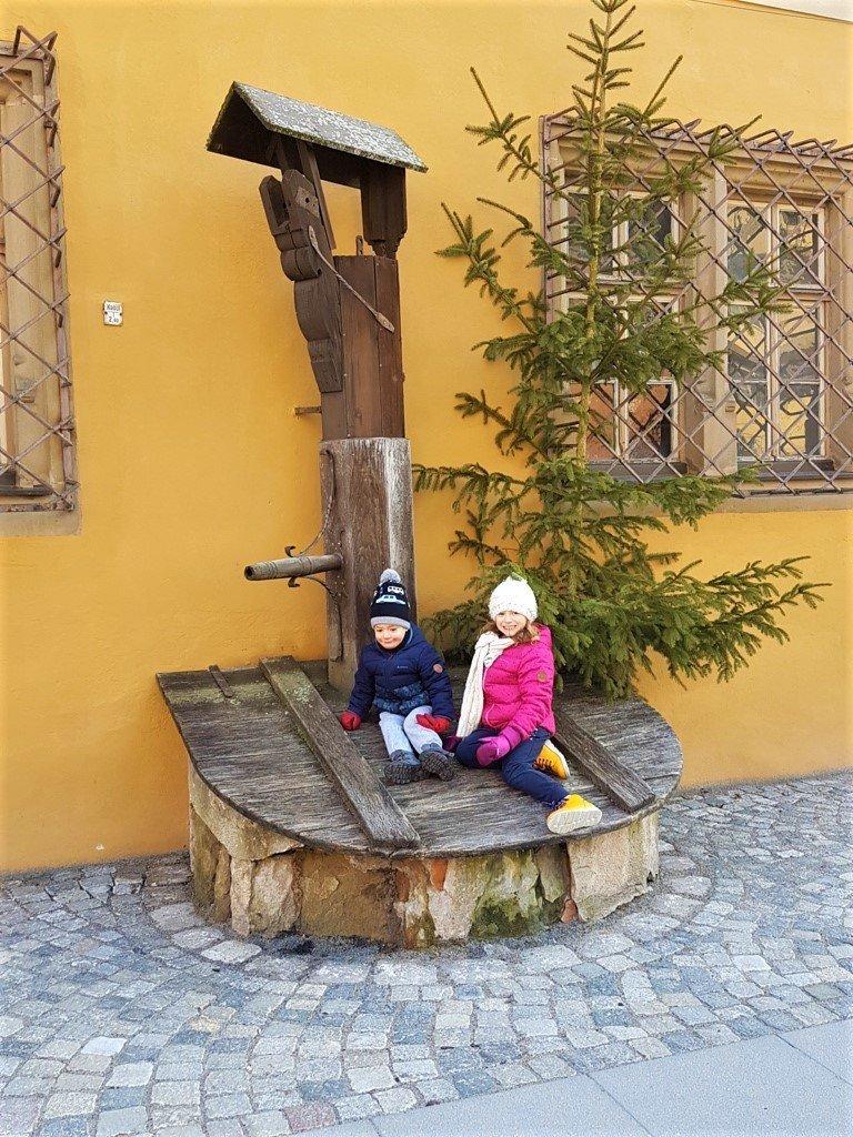 bambini su fontana del borgo medioevale di Dinkelsbühl sulla Romantische Strasse