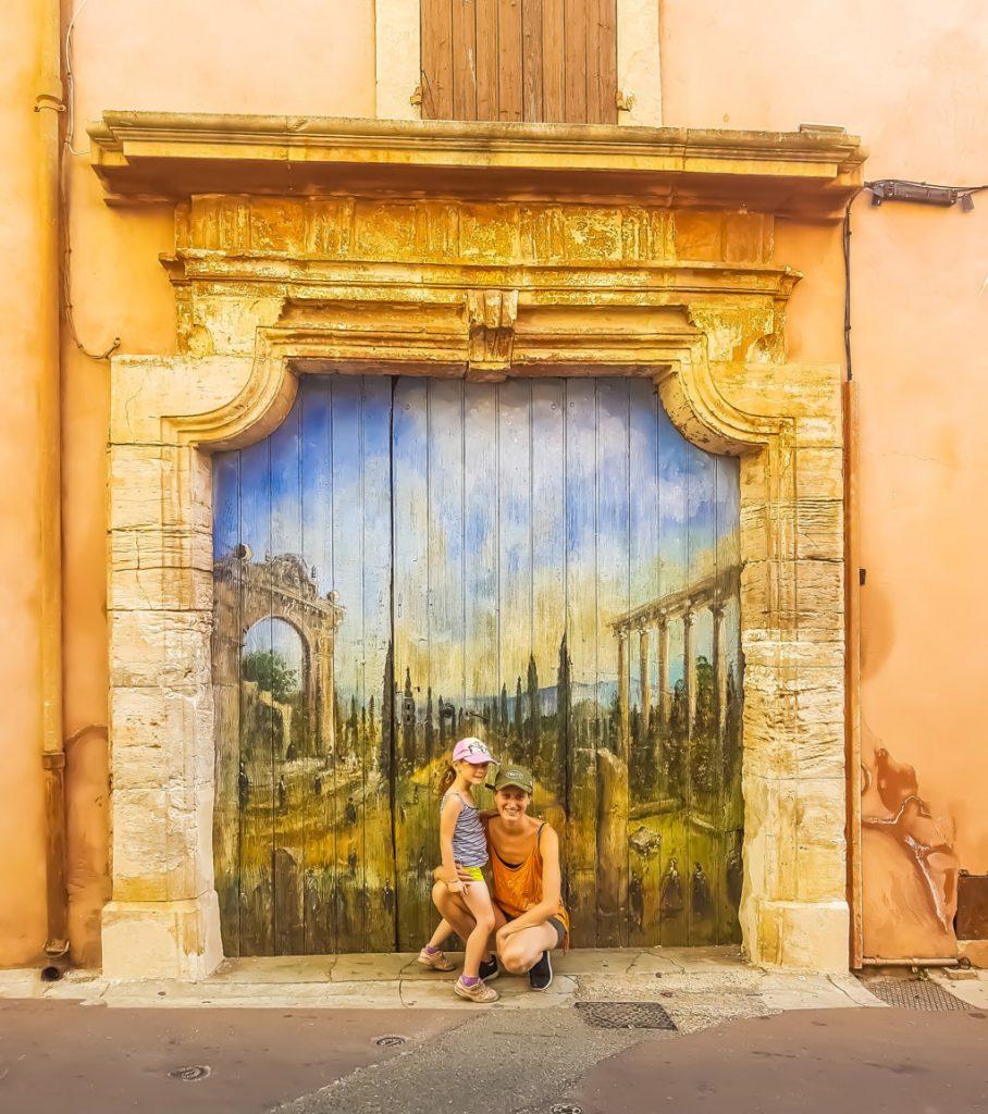 Portone decorato del borgo di Roussillon in Provenza