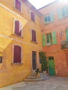 le facciate colorate del borgo provenzale di Roussillon