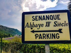 l'ingresso al parcheggio dell'Abbazia di Sénanque in Provenza