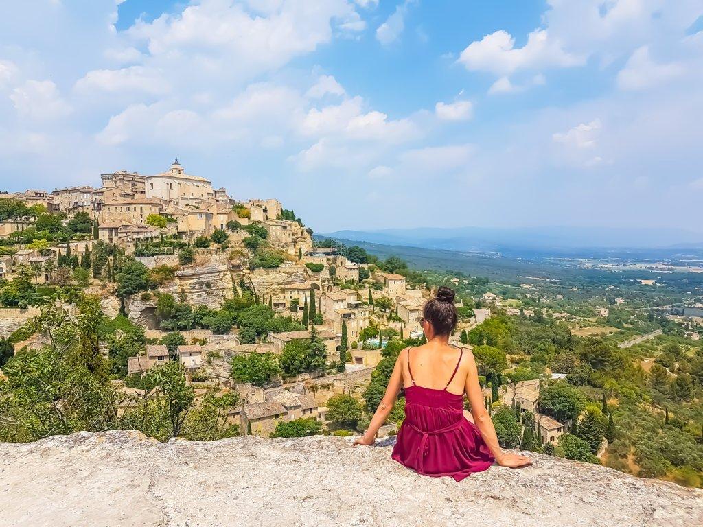 panoramica di Gordes lungo la salita del massiccio del Luberon in Francia