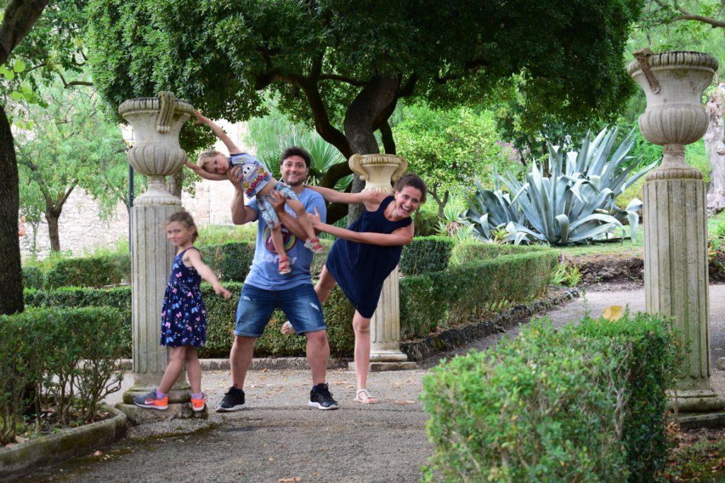 Giochi all'interno del Giardino Ibleo di Ragusa