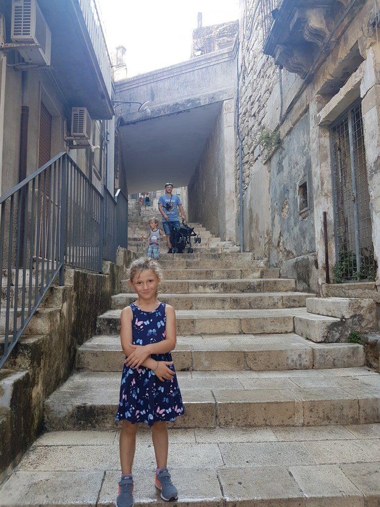 le scale di Ragusa Ibla con bambini