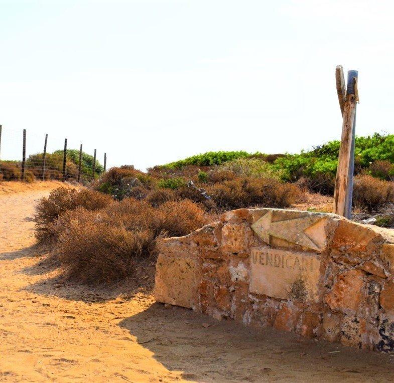 le indicazioni per il sentiero che porta alla spiaggia di Vendicari in Sicilia