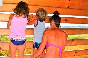 torretta di avvistamento di Vendicari con bambini