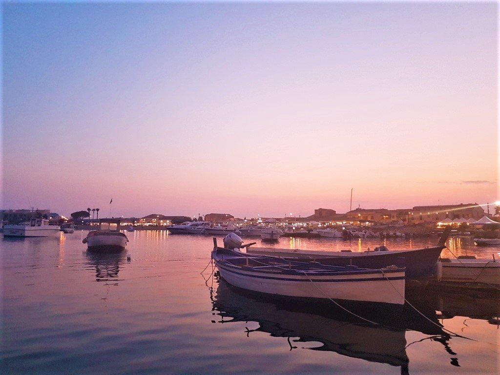il tramonto sul porto di Marzamemi in Sicilia