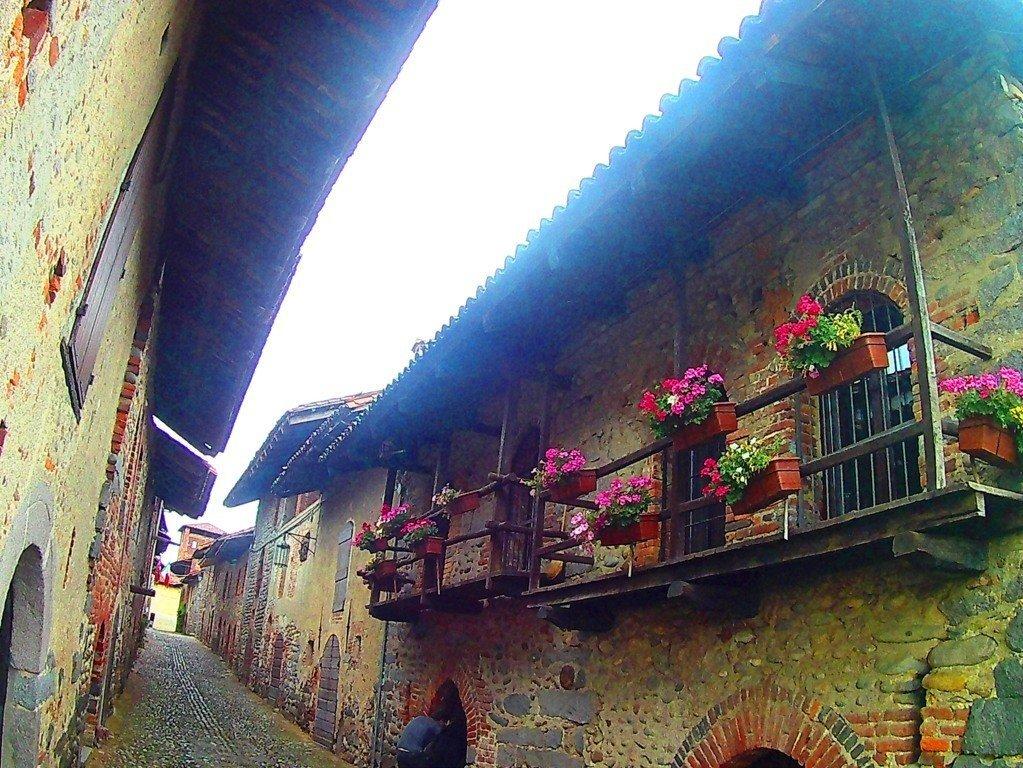 balconata in legno di una cellula del Ricetto di Candelo