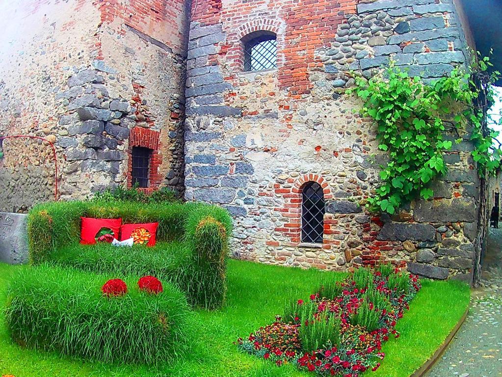 un'aiuola fiorita all'interno del borgo di Candelo