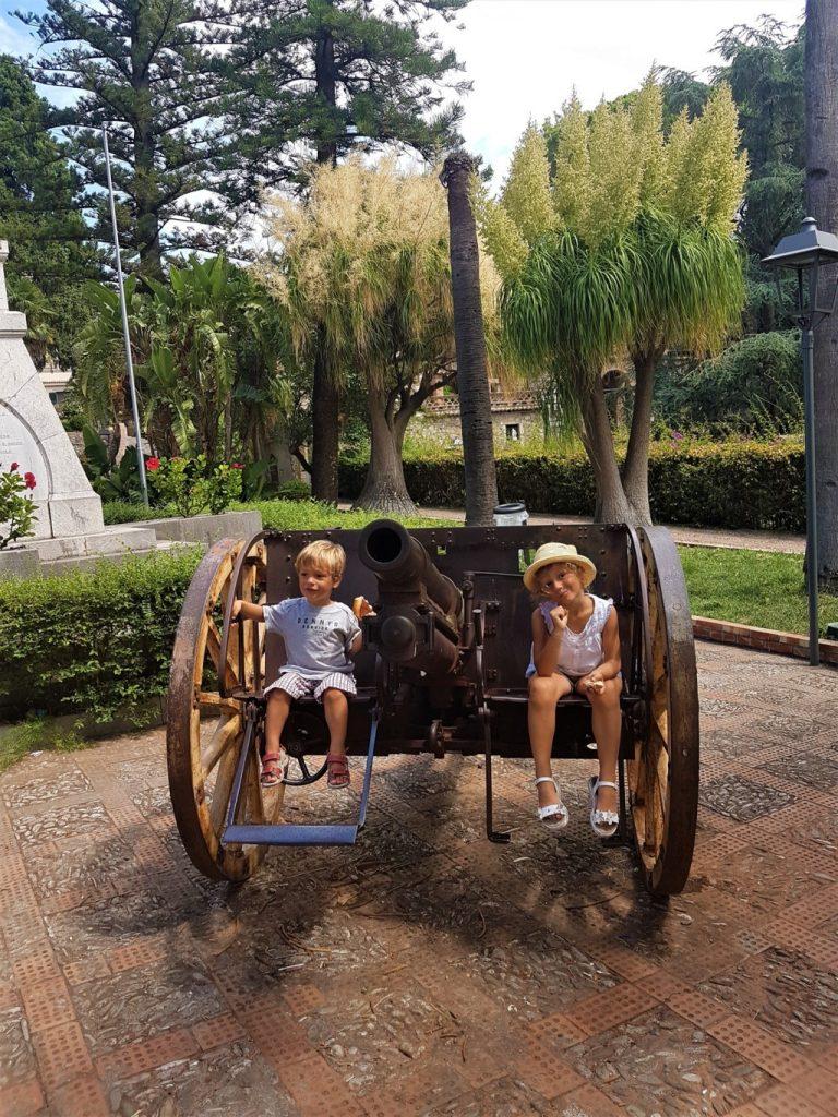 un cannone di Villa Comunale a Taormina con bambini