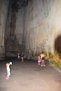 L'interno dell'orecchio di Dionisio nel Parco Archeologico della Neapolis