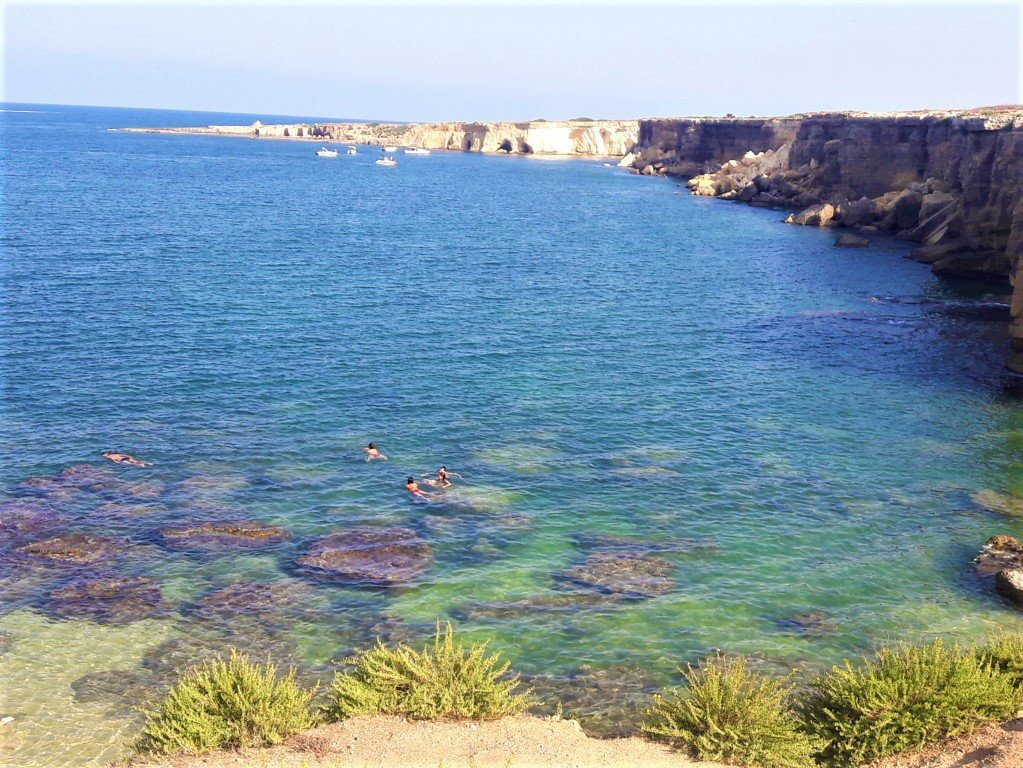 il mare e le scogliere del Plemmirio a Siracusa