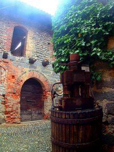 un antico torchio all'interno del Ricetto di Candelo