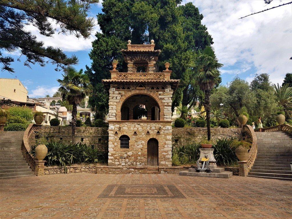 le Victorian Follies, costruzioni all'interno della Villa Comunale di Taormina