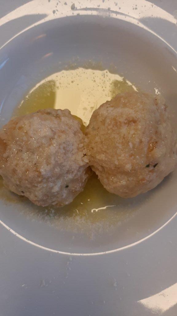 Canederli al formaggio con burro della cucina del Trentino