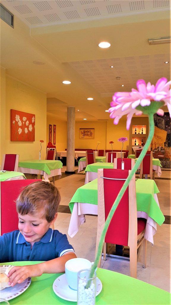 La sala colazione del Naturebio Hotel Elite di Levico Terme