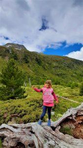 bambina che percorre il percorso per raggiungere la cascata della Val Nera
