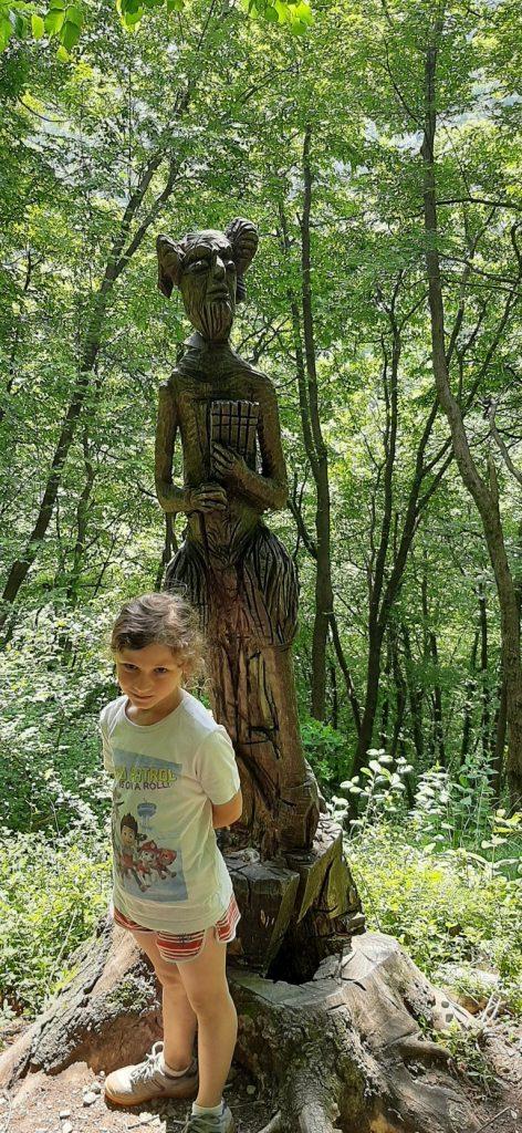 scultura fauno nel bosco