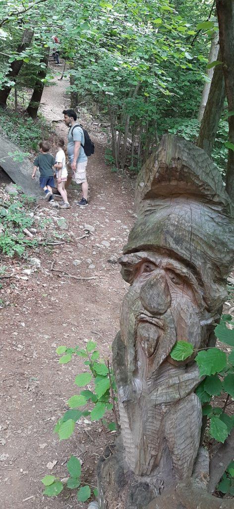 scultura gnomo di legno