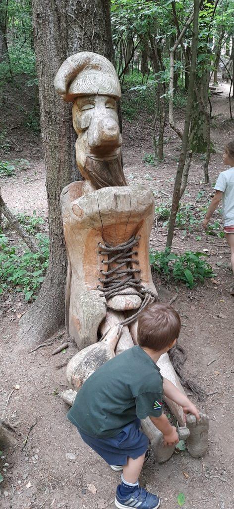 scultura scarpone con gnomo del Sentiero Spirito del Bosco