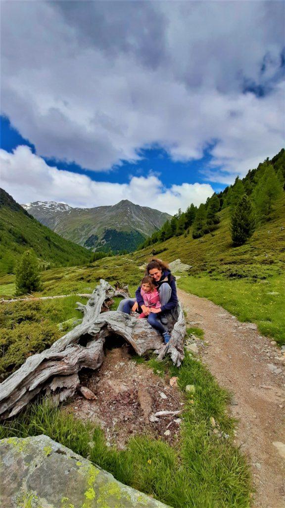 il sentiero pianeggiante tra i prati della cascata della Val Nera