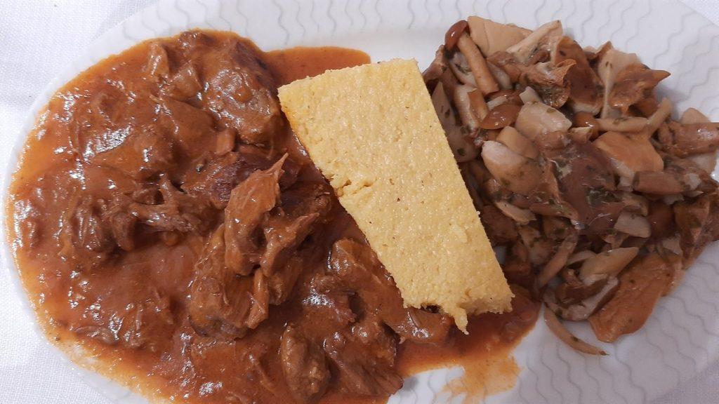 spezzatino di cervo con polenta e funghi piatto tipico della Valsugana