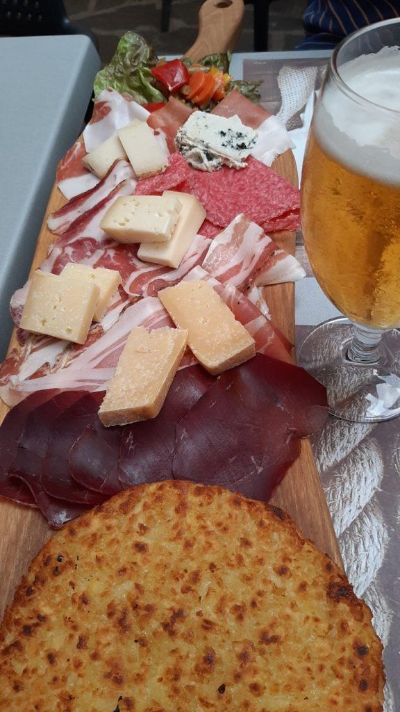 tagliere di salumi e formaggi tipici della Valsugana