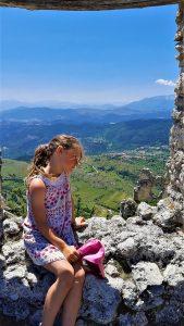 bambina tra i ruderi di Rocca Calascio Abruzzo