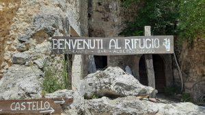 Il cartello del Rifugio della Rocca a Calascio