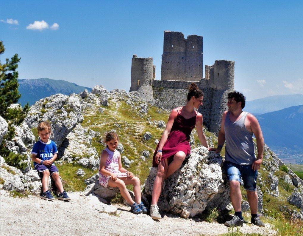 Famiglia al Castello di Rocca Calascio in Abruzzo