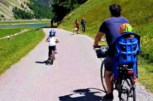 famiglia in bicicletta sulla pista ciclabile di Livigno