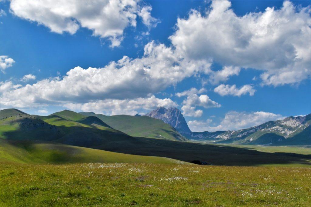 Paesaggio lungo la strada panoramica del Parco Nazionale del Gran Sasso e Monti della Laga