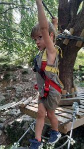 bambino al parco avventura Lombardia