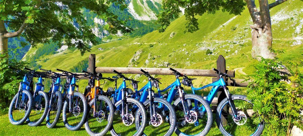 fila di e-bike blu