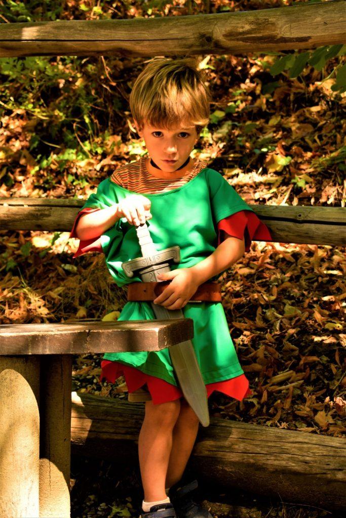 bimbo in costume da cavaliere con spada