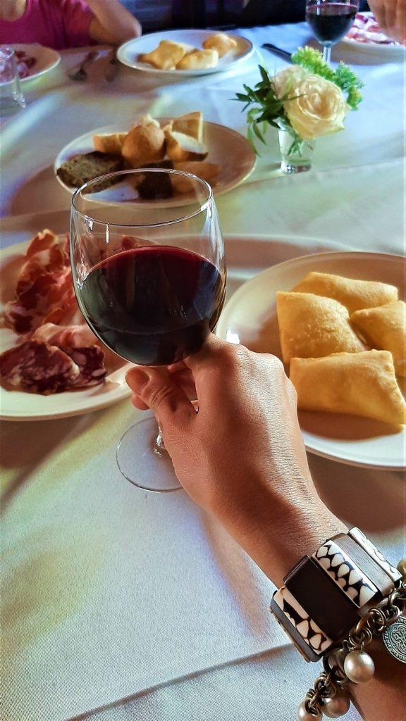 calice di vino rosso con gnocco fritto e salumi