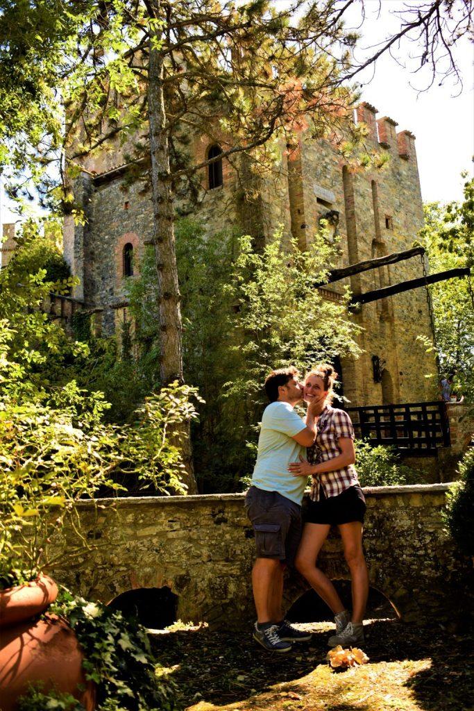 coppia che si bacia davanti al Castello di Gropparello