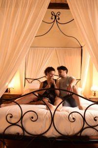 coppia romantica nella torre del Castello di Gropparello
