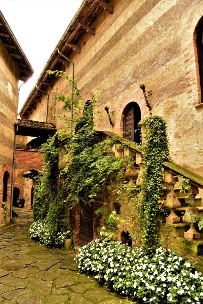 Il cortile del Castello di Gropparello in Emilia Romagna