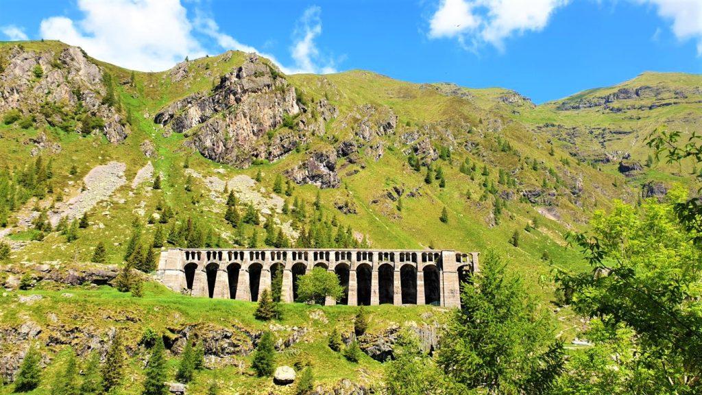 Le arcate della diga del Gleno in Val di Scalve