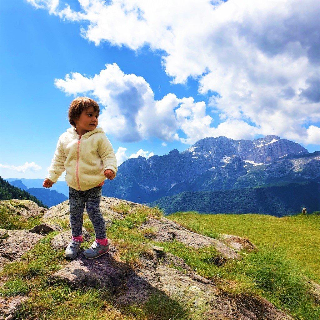 bambina tra le montagne della Valle di Scalve, in provincia di Bergamo