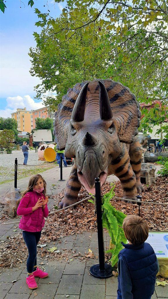 bambini tra le installazioni di dinosauri al Dinosaurs Park di Locarno