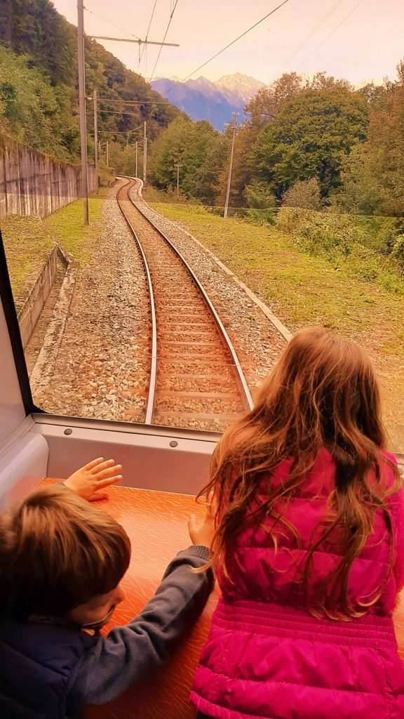 bambini osservano il paesaggio sul Treno del Foliage