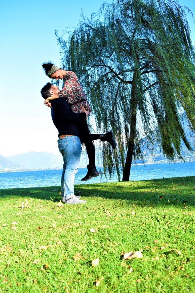 coppia abbracciata sulle rive del Lago Maggiore a Locarno davanti a un salice piangente