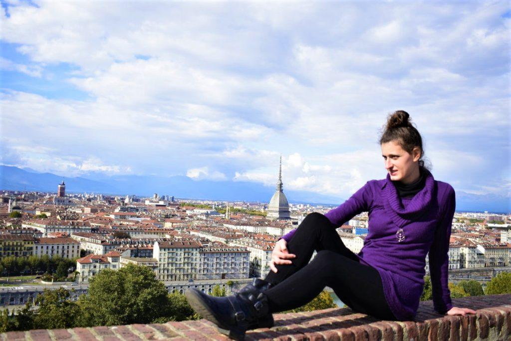donna seduta sul muretto della terrazza panoramica del Monte dei Cappuccini a Torino